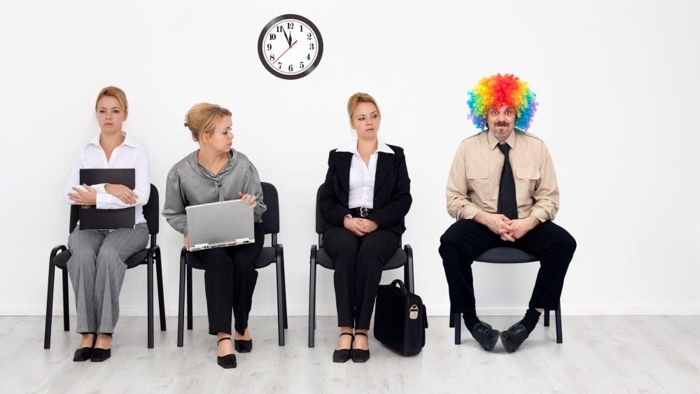 Mann mit bunten Haaren sitzt im Wartezimmer